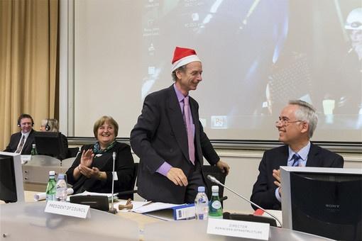 В связи с отличными результатами коллайдера, перед его уходом на каникулы в CERN царит праздничное настроение