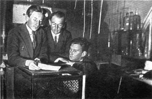 И.В.Курчатов, П.П.Кобеко, К.Д.Синельников (справа налево) в лаборатории ЛФТИ