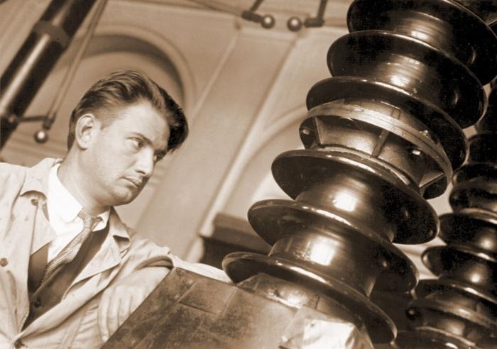 И.В.Курчатов у высоковольтной установки, 1934 год