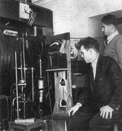 И.В.Курчатов с аспирантом М.Г.Мещеряковым за работой на первом советском циклотроне, 1936 год
