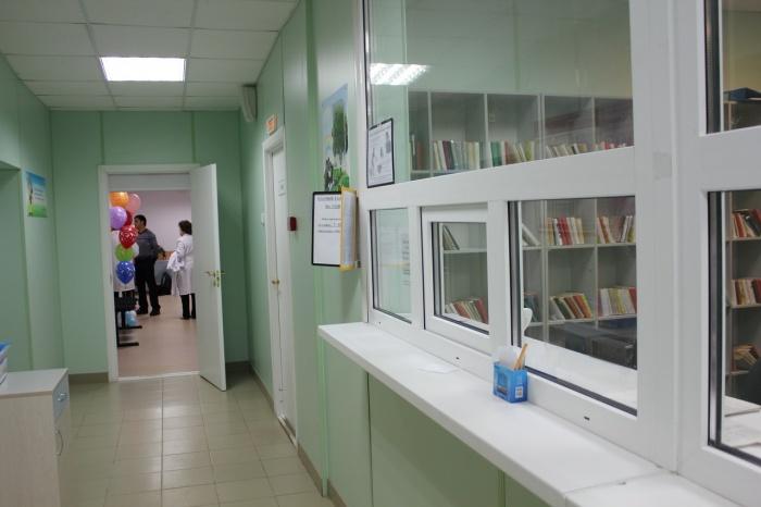 На первом этаже педиатрии. Регистратура и дальше кабинет