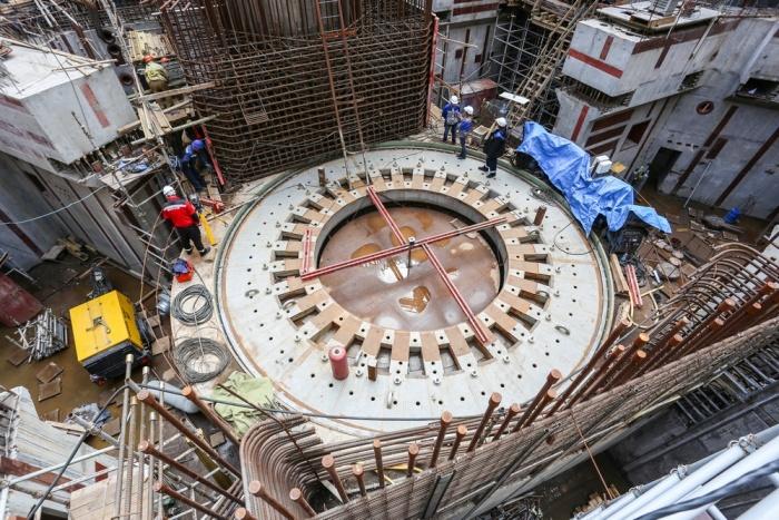 Установка опорной фермы в здании реактора строящегося второго энергоблока ЛАЭС