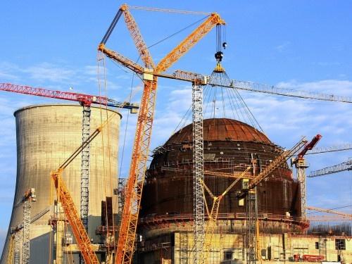 Установка купола ВЗО на здании реактора первого энергоблока Белорусской АЭС