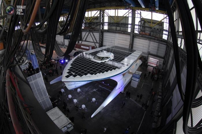 Катер на солнечных батареях PlanetSolar на верфи HDW после церемонии торжественного открытия в Киле, Германия. (Christian Charisius/Reuters)