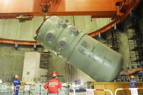 Установка корпуса реактора на четвертом энергоблоке Тяньваньской АЭС, фото: www.world-nuclear-news.org