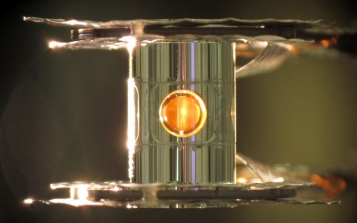 Капсула с дейтерием и тритием внутри цилиндрического хольраума