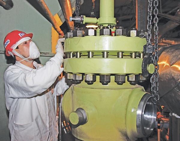 Осмотр главного предохранительного клапана перед началом монтажа
