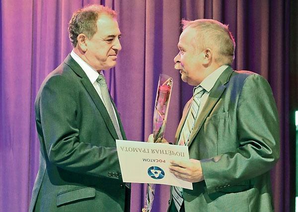 Первый заместитель генерального директора Росатома Александр Локшин вручает награду руководителю группы ОИТПЭ Ивану Янковскому