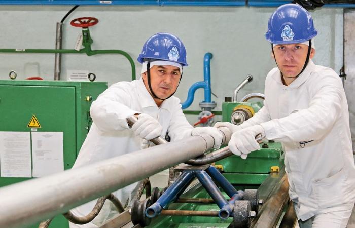 Мастер Валентин Перцев и токарь Николай Картинович выполняют токарную обработку технологических каналов
