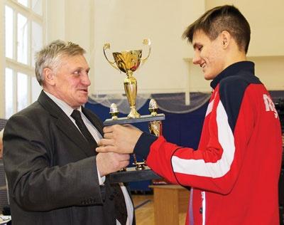 Председатель ППО САЭС Юрий Кузнецов вручает кубок профсоюза Никите Песегову