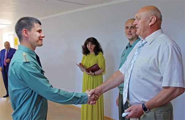 Директор Смоленской АЭС Павел Лубенский вручил военнослужащим ключи от нового жилья