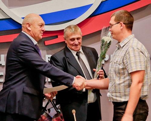 Победителей конкурса наградил директор САЭС Павел Лубенский