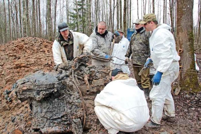 Поисковики подняли из земли двигатель самолета ИЛ-2