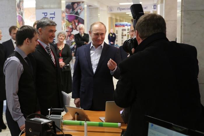 Владимир Путин в НИЯУ МИФИ держит капсулу Ландыш, фото http://endokapsula.ru