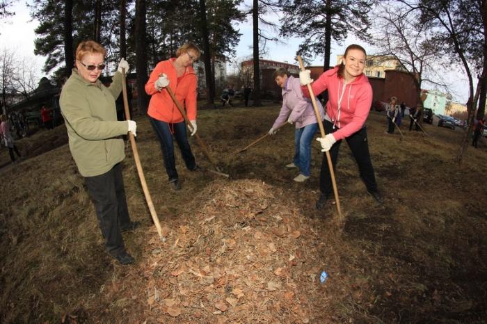 Работники ГХК прибирают территорию родного Железногорска