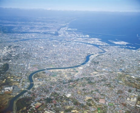 Вид с высоты на город Хатинохе, Япония