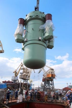 Погрузка парогенерирующего блока на новый атомный ледокол Арктика