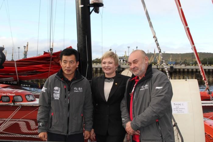 Члены экипажа яхты Циндао-Китай вместе с губернатором Мурманской области Мариной Ковтун