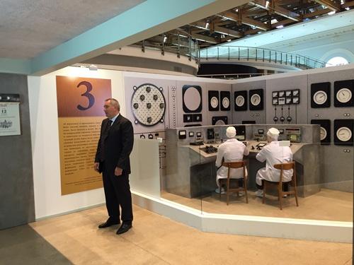 Дмитрий Рогозин на выставке - 70 лет атомной отрасли. Цепная реакция успеха