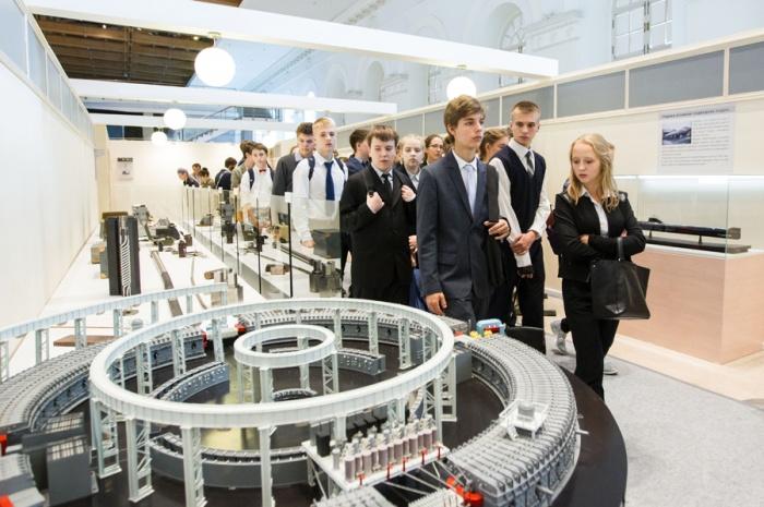 Молодежь с интересом рассматривает экспозицию выставки Росатома