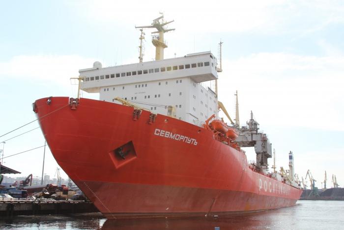 Атомный лихтеровоз-контейнеровоз Севморпуть у причала Мурманского морского торгового порта