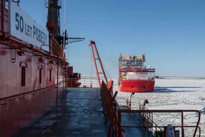 Атомный ледокол 50 лет Победы завершил первую проводку судна с модулями для Ямал СПГ