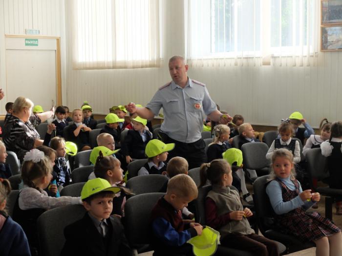 Представители Балтийской АЭС и ГИБДД рассказывают неманским первоклашкам о правилах дорожного движения