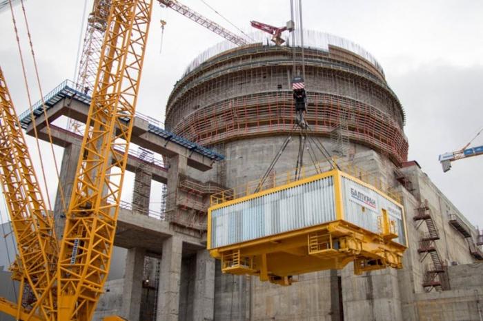 На первом строящемся энергоблоке ЛАЭС установлен кран транспортной эстакады