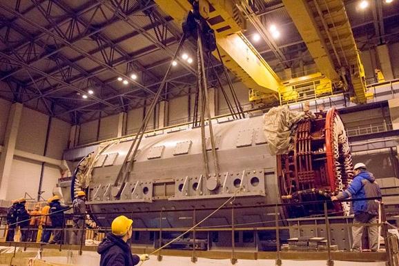 Установка статора турбогенератора на первом энергоблоке строящейся Ленинградской АЭС